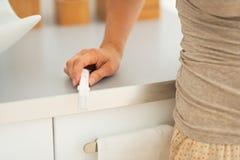 Zbliżenie na młodej kobiecie z ciążowym testem fotografia stock