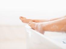 Zbliżenie na nogach młoda kobieta w wannie Zdjęcie Stock