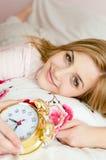 Zbliżenie na pięknej powabnej młodej kobiety blond dziewczyny uśmiechniętej & patrzeje szczęśliwej kamerze z budzikiem w ręce Zdjęcia Stock