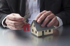 Zbliżenie na profesjonaliście wręcza trzymać domowego klucz dla posiadania domu Zdjęcia Stock