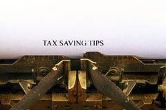 Zbliżenie na rocznika maszyna do pisania Frontowa ostrość na listach robi podatku oszczędzaniu PRZECHYLA tekst Biznesowy pojęcie  fotografia royalty free