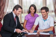 Zbliżenie na szczęśliwej mężczyzna podpisywania zgodzie na nowym domu Zdjęcie Royalty Free