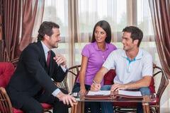 Zbliżenie na szczęśliwej mężczyzna podpisywania zgodzie na nowym domu Zdjęcia Royalty Free