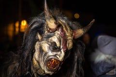 Zbliżenie na uśmiechać się szeroko rogatego diabła w tradycyjnym krampuslauf z drewnianymi maskami w Retz, Austria zdjęcia royalty free