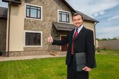 Zbliżenie na uśmiechniętym agencie nieruchomości przygotowywającym sprzedawać dom Zdjęcie Royalty Free