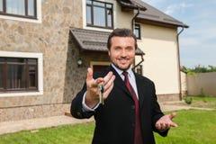 Zbliżenie na uśmiechniętym agencie nieruchomości przygotowywającym sprzedawać dom Obrazy Royalty Free