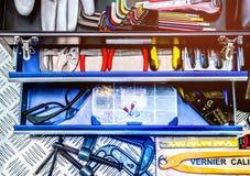 Zbliżenie narzędzia w pudełku na w kratkę półkowym tle w warsztacie Usługa narzędzia ustawiający Domowy budynek i elektryczni nar Zdjęcia Royalty Free