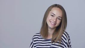 Zbliżenie nastoletnia dziewczyna ono uśmiecha się gestykulujący kciuk up zdjęcie wideo