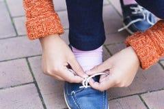 Zbliżenie nastoletnia dziewczyna wręcza wiązać shoelaces Obraz Royalty Free