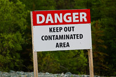 Zbliżenie niebezpieczeństwa utrzymanie z skażonego terenu znaka zdjęcia stock