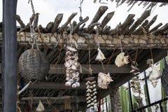 Zbliżenie nieociosany kija dach w Meksyk z skorupami i tkanymi koszami wiesza od końcówek kije starymi arkanami i ośniedziałym ła obraz stock