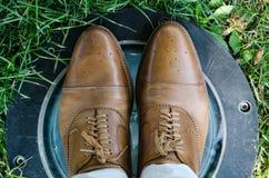 Zbliżenie niski kąt, cieki mężczyzn, buty i spodnia, fotografia stock