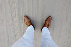 Zbliżenie niski kąt, cieki mężczyzn, buty i spodnia, obraz stock