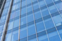 Zbliżenie nowożytny nadokiennego szkła budynku odbijać obraz royalty free
