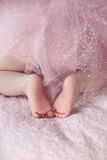 Zbliżenie nowonarodzona dziecko cieków dziewczyna przeciw miękkich części menchii koc plecy Obrazy Royalty Free