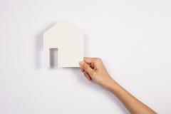 Zbliżenie obrazek kobieta wręcza trzymać białego papieru dom Zdjęcie Royalty Free