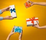 Zbliżenie obrazek mężczyzna i kobiety ` s ręki z prezenta pudełkiem Zdjęcie Royalty Free