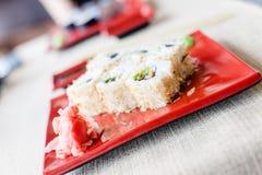 Zbliżenie obrazek na suszi talerzu na białym tablecloth tle Zdjęcia Royalty Free