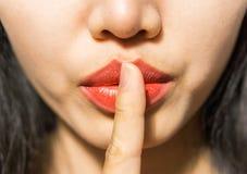 Zbliżenie obrazek robi ucichnięcie gestowi kobieta Zdjęcie Royalty Free