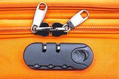 Zbliżenie ochrony kłódka z trzy liczbami na pomarańczowej walizce zdjęcia royalty free