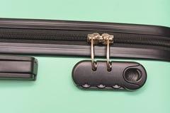 Zbliżenie ochrony kłódka z trzy liczbami na walizce zdjęcie royalty free