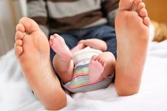 Zbliżenie ogromni cieki ojciec i mały nowonarodzony dziecko zdjęcie stock