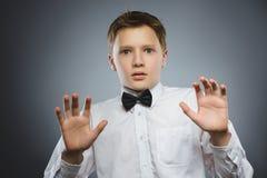 Zbliżenie Okaleczać i szokować chłopiec Ludzki emoci twarzy wyrażenie fotografia royalty free
