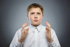 Zbliżenie Okaleczać i szokować chłopiec Ludzki emoci twarzy wyrażenie zdjęcia stock