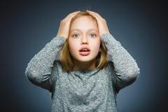Zbliżenie Okaleczająca i szokująca mała dziewczynka Ludzki emoci twarzy wyrażenie zdjęcia stock