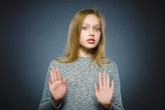 Zbliżenie Okaleczająca i szokująca mała dziewczynka Ludzki emoci twarzy wyrażenie obrazy royalty free
