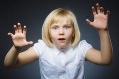 Zbliżenie Okaleczająca i szokująca mała dziewczynka Ludzki emoci twarzy wyrażenie fotografia stock
