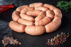 zbliżenie okrąg uncooked kiełbasy z rucola i chili obraz stock