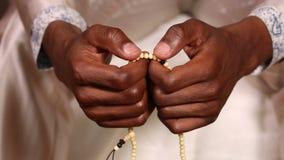 Zbliżenie ono modli się obsługuje ręki podczas gdy zdjęcie wideo
