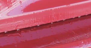Zbliżenie ostrości samochodowego obmycia farby czerwony degreasing namok obraz royalty free