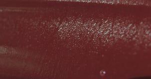 Zbliżenie ostrości samochodowego obmycia farby czerwony degreasing namok obrazy stock