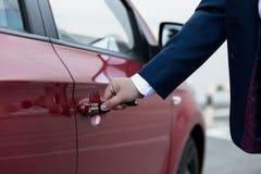 Zbliżenie otwiera samochodowego drzwi biznesmen ręka Fotografia Royalty Free