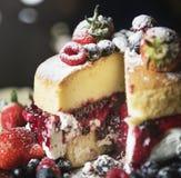 Zbliżenie płatowaty tort z plasterkiem ciącym out obrazy royalty free