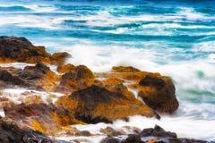 Zbliżenie płynie nad skalistym brzeg woda morska obrazy stock