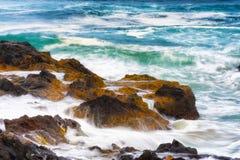 Zbliżenie płynie nad skalistym brzeg woda morska zdjęcie royalty free