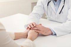 Zbliżenie pacjenta i lekarki ręki zdjęcie stock