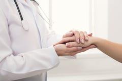 Zbliżenie pacjenta i lekarki ręki obrazy stock