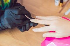 Zbliżenie palca gwoździa opieka manicure'u specjalistą w piękno salonie fotografia royalty free