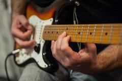 Zbliżenie palce gitara gracz fotografia royalty free