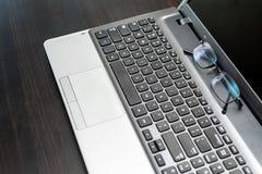 Zbliżenie para szkła na laptop klawiaturze Fotografia Stock