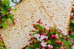 Zbliżenie Passover Matzah tła matzoh nad drewnianym stołem fotografia royalty free