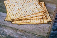 Zbliżenie Passover Matzah tła matzoh nad drewnianym stołem zdjęcie stock