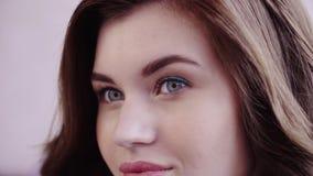 Zbliżenie piękna brunetki dziewczyna pozuje i ono uśmiecha się zdjęcie wideo