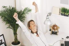 Zbliżenie piękna dojrzała biznesowa kobieta relaksuje w domu. Zdjęcia Royalty Free