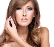 Zbliżenie piękna kobieta dotyka jej wspaniały długie włosy Fotografia Stock