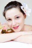 Zbliżenie piękna młoda seksowna kobiety twarz z kwiatem Zdjęcia Royalty Free